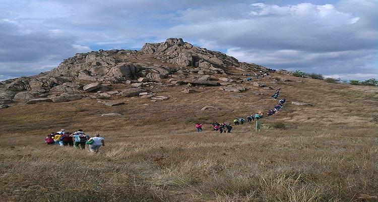 Turiști în Parcul Național Munții Măcinului din Dobrogea