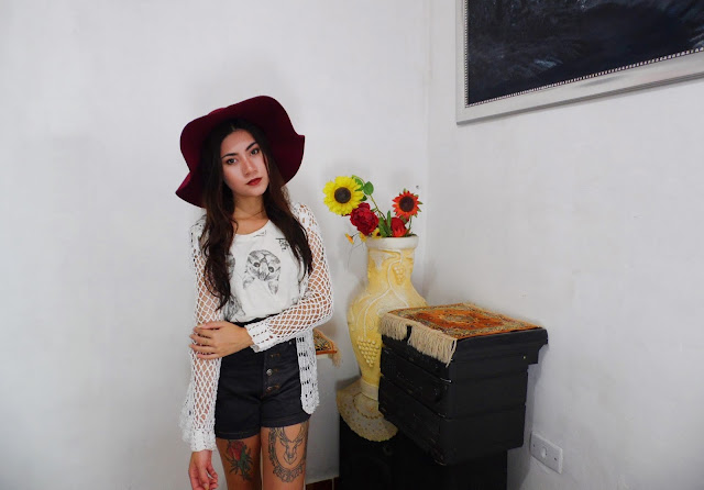 Look: t-shirt de gatinhos e chapéu bordô