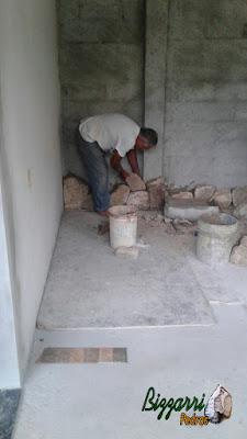 Bizzarri fazendo o revestimento de pedra, com pedra moledo, sendo o revestimento com pedra na parede da adega da residência em Itatiba-SP com essa pedra moledo na cor bege com espessura de 15 a 20 cm.