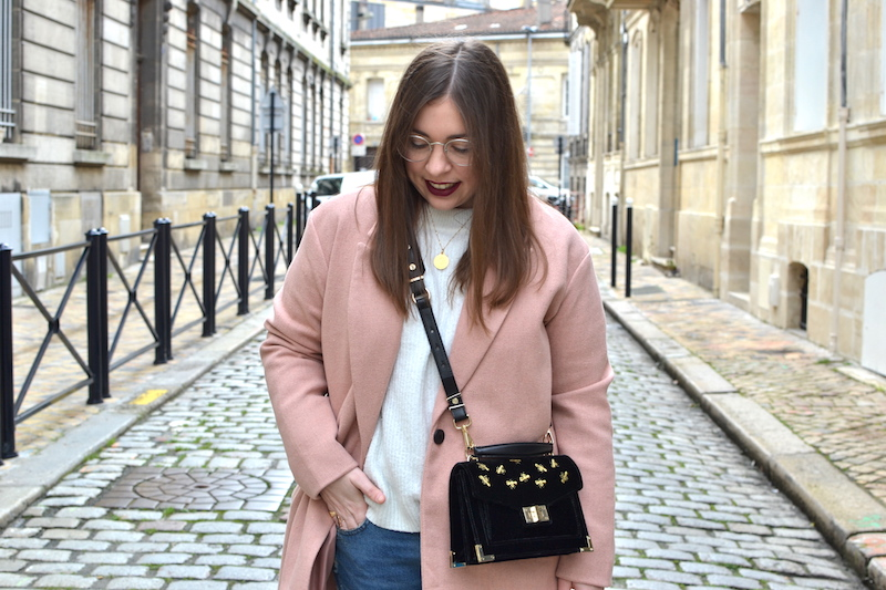 manteau rose Pull and Bear, tennis à clou Pull and Bear, sac Emily velours The Kooples, pull blanc H&M