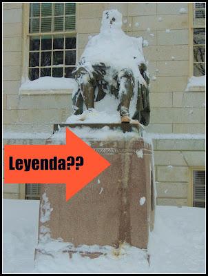 Estatua de Harvard Marcada con Orina