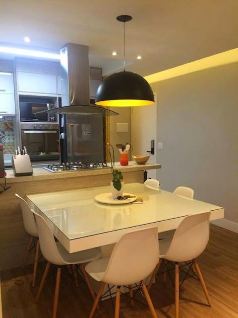 sala-de-jantar-pequena-junto-a-bancada-da-cozinha