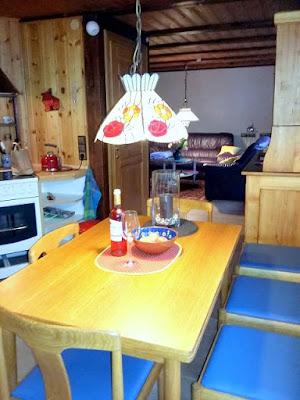 Essplatz für 6 Personen mit Lederbezogenen Küchenstühlen