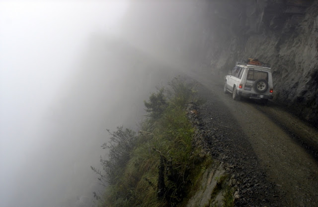Uçurumun kenarına kadar inşa edilmiş olan bu yol, dünyanın en tehlikeli tepelerinden biri olarak kabul edilir. Maalesef yılda 200-300 can aldığı söyleniyor.