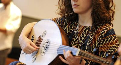 طريقة تعلم عزف آلة العود من الألف إلى الياء
