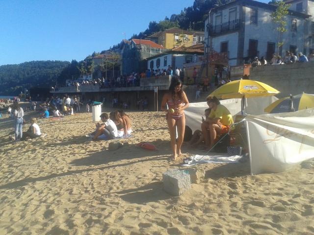 Praia de Arnelas cheia de gente