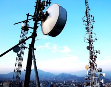 Fotos de antenas enormes de telecomunicaciones