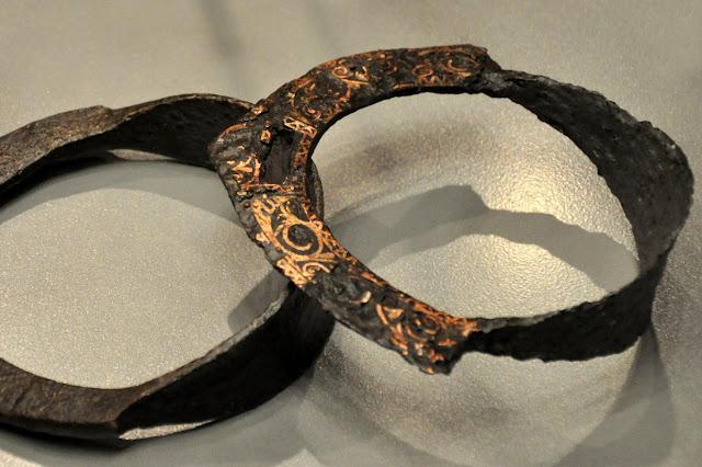 wczesnośredniowieczne strzemiona na wystawie Ukraina przed wiekami w Muzeum Archeologicznym we Wrocławiu