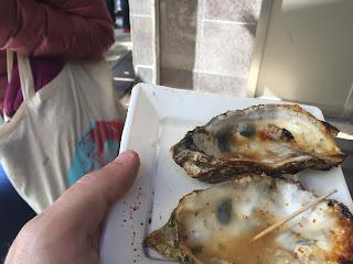 conchas vacias de dos ostras a la plancha