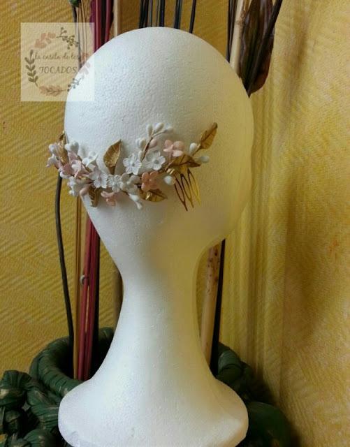 tiara de porcelana artesanal para novia en dorado, blanco y rosa