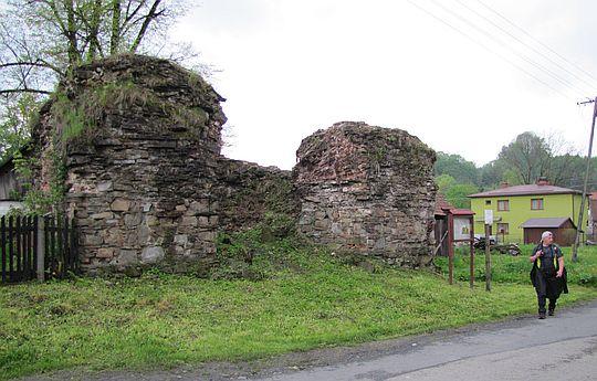 Ruiny pieca hutniczego w Ślemieniu.