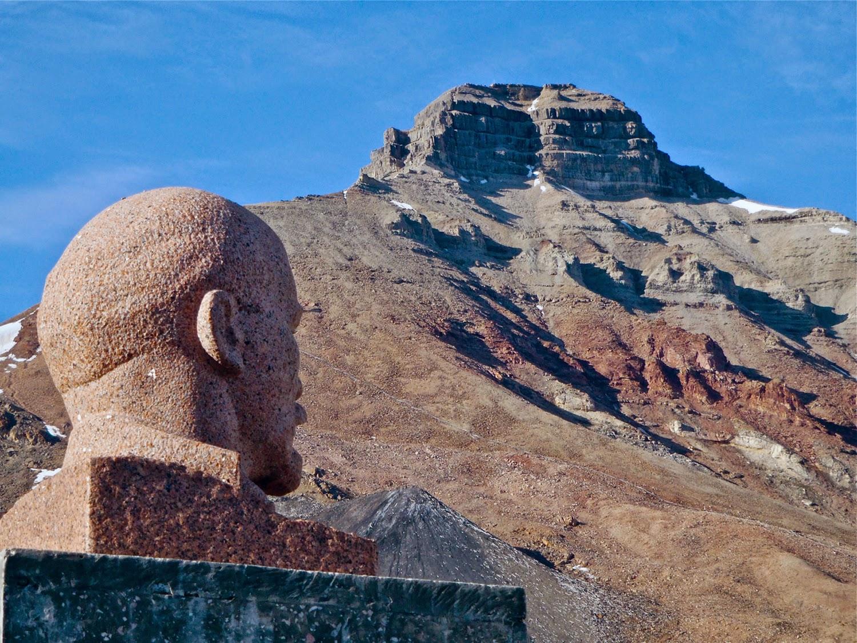 Busto de Lenin con el Monte Pyramiden