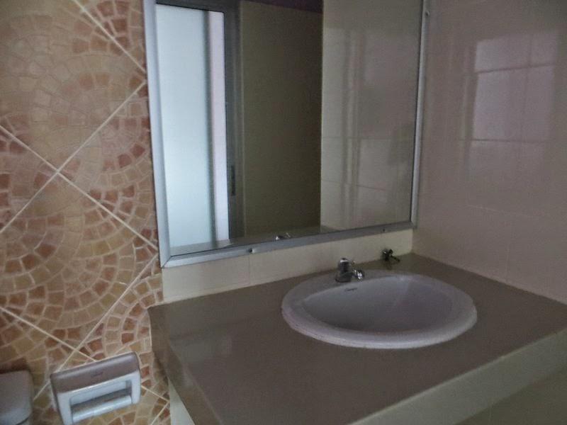 Раковина и зеркало в номере