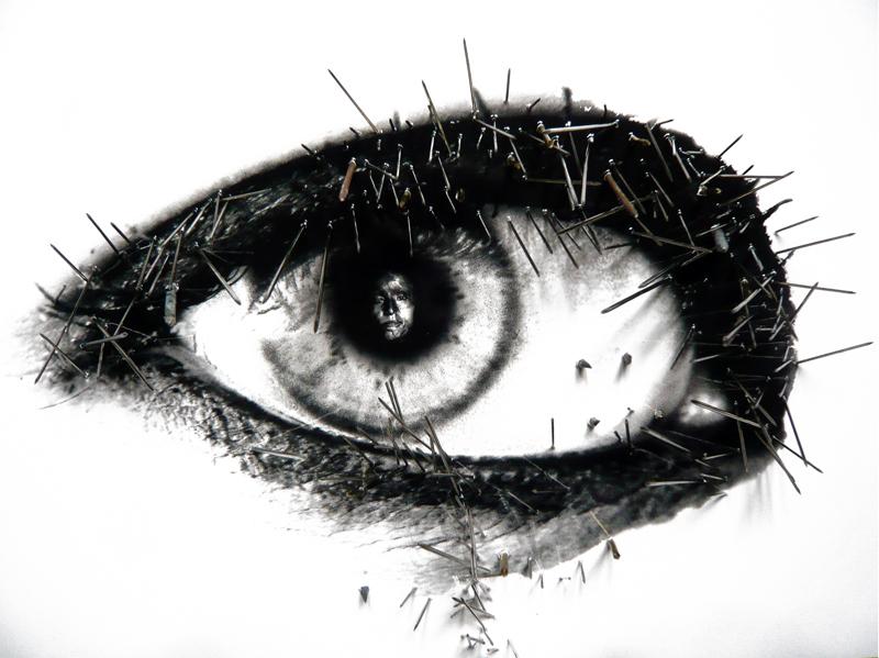 38 yeux reflètent des évènements du XXe siècle. Cet oeil reflète une femme brulée à l'acide