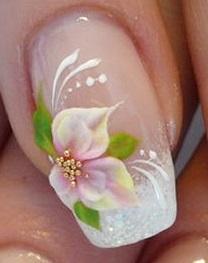 Foto de diseño de uña con una sola flor con hojas