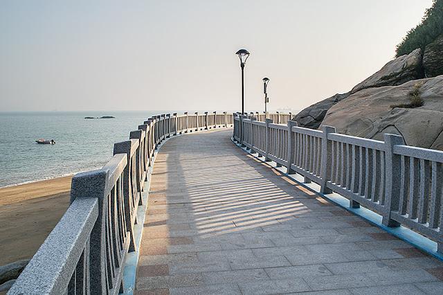 La promenade aménagée sur la plage à Xiamen