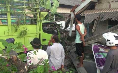truk tabrak rumah di kedokanbunder indramayu