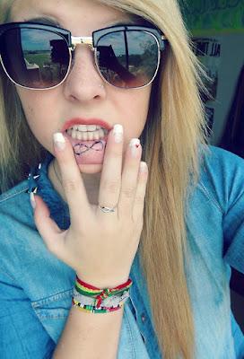 chica con tatuaje del infinito en el labio