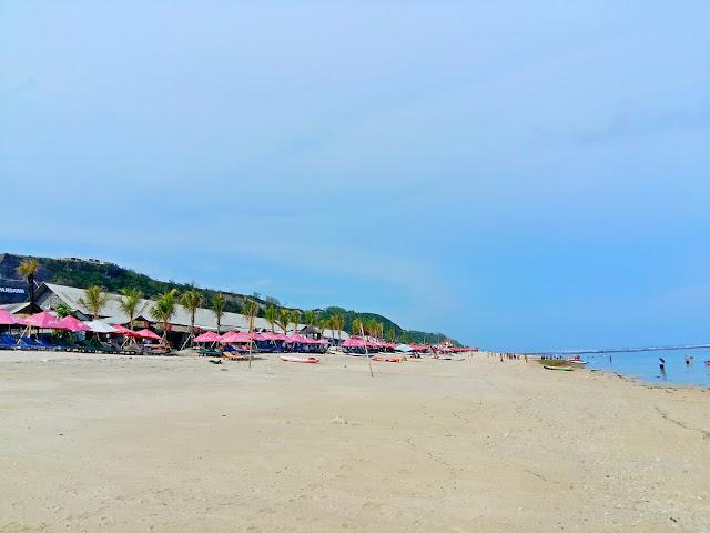 пляж с белым песком на бали.Pandawa beach
