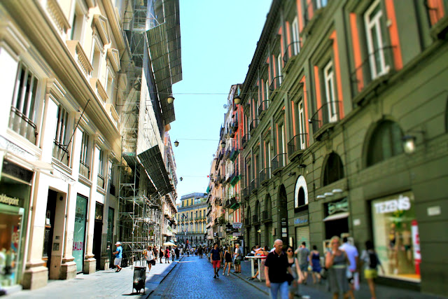 gente, turisti, via centrale, negozi, palazzi, città