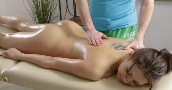 Загальний массаж видео, брюнетки в гетрах мастурбирует туфлями