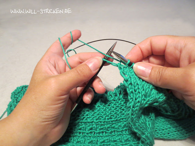 Randmasche stricken, Faden vor die Nadel legen