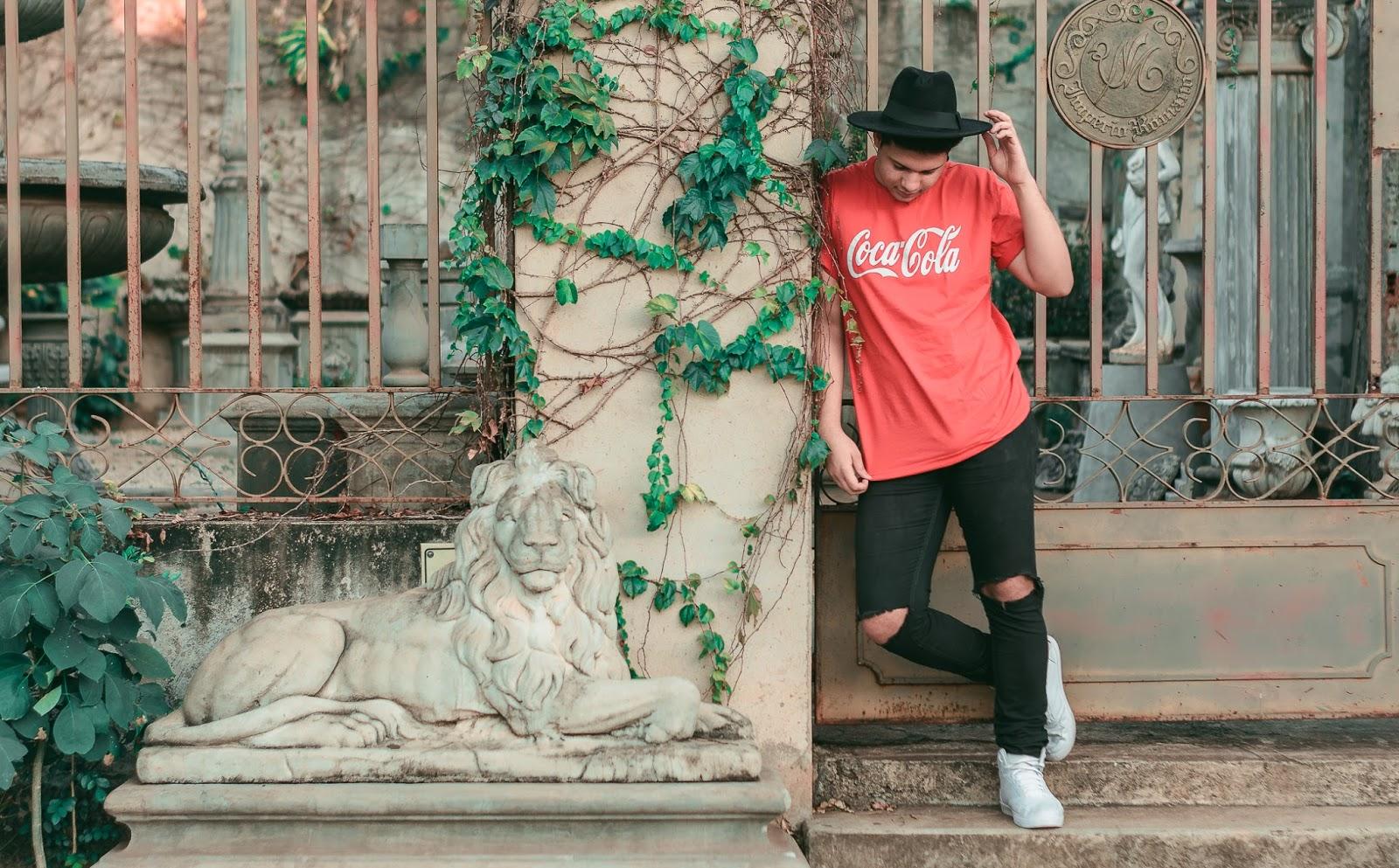 look masculino com camisa vermelha e Tênis Branco