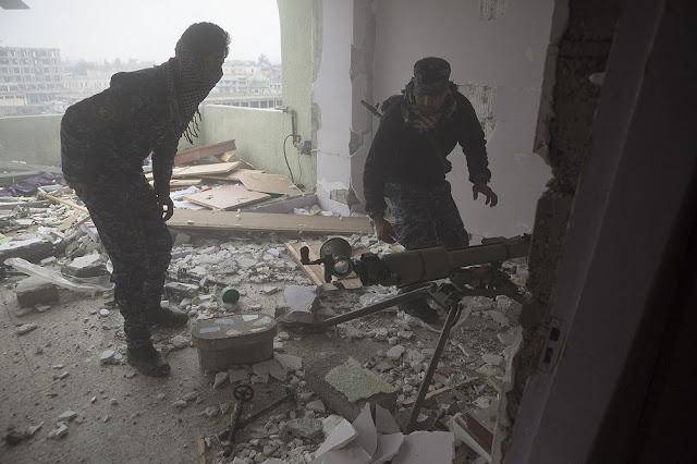 Άνδρες της Αστυνομίας ετοιμάζονται να βάλλουν ένα δεύτερο βλήμα με το SPG-9
