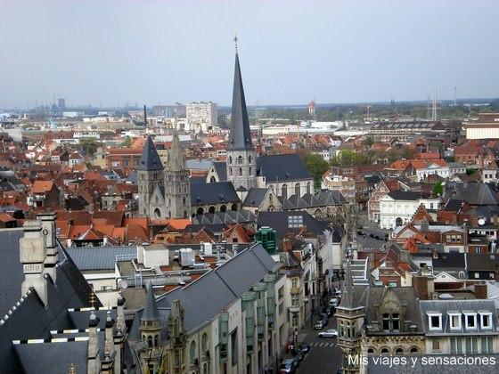 Vista de la iglesia de SInt-Jakob desde la torre del campanario, Gante, Bélgica