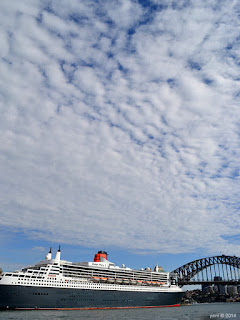 queen mary 2 and harbour bridge