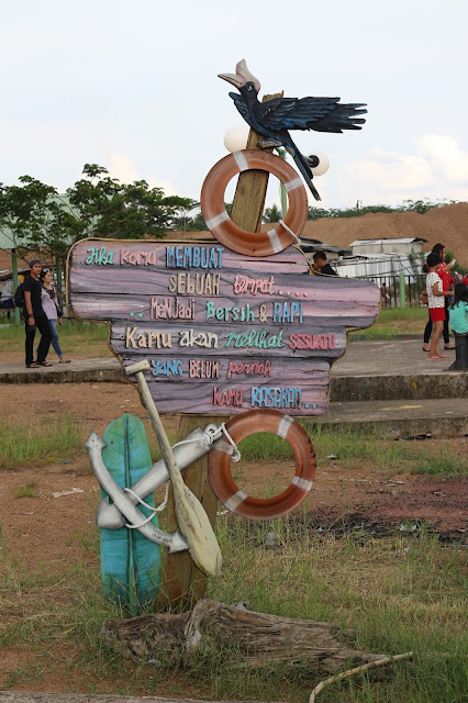 Papan Peringatan di kawasan Khatulistiwa Park