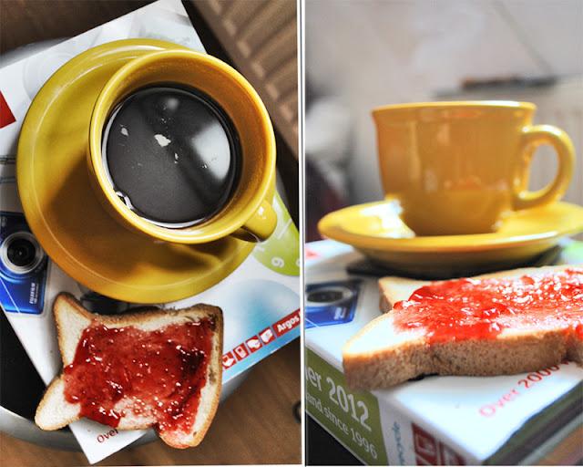 czarna kawa z tostem