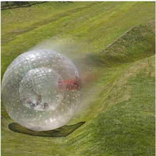 Une boule géante gonflable dans laquelle on rentre dedans et on se laisse rouler
