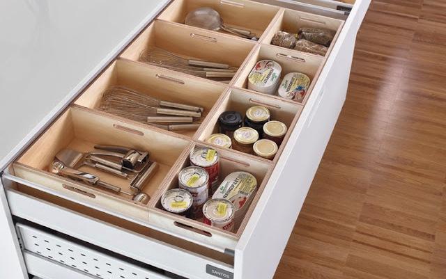 Cajón con separadores para mantener el orden en la cocina