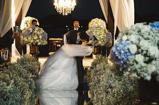 casamento real, porto vittoria, decoração, cerimônia, azul e branco, passarela de espelho, cerimônia a céu aberto, beijo, saída dos noivos