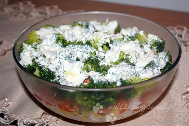 Sałatka warstwowa z kurczakiem, fetą i brokułem