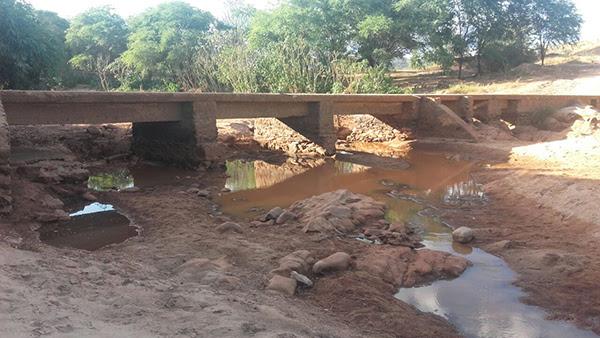 O rio está praticamente seco, o pouco de água que ainda resta está imprópria para o consumo. Foto: Informe Barra.