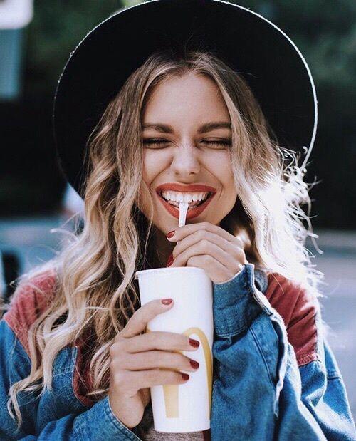 Fotos tumblr estão cada vez mais na moda e são tendência entre as blogueiras, youtubers, modelos, atrizes e influenciadores digitais, pois além das fotos ficarem lindas, esse estilo tumblr de ser já conquistou o mundo inteiro e é muito fácil ser tumblr e imitar fotos tumblr. Aqui você terá 10 ideias incríveis para imitar fotos tumblr sozinha.