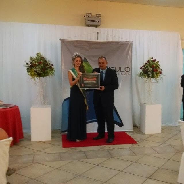 """Recebi o prêmio """"Site mais acessado"""" das mãos da Miss Paula Picolli."""