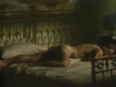 Sting desnudo tumbado en la cama