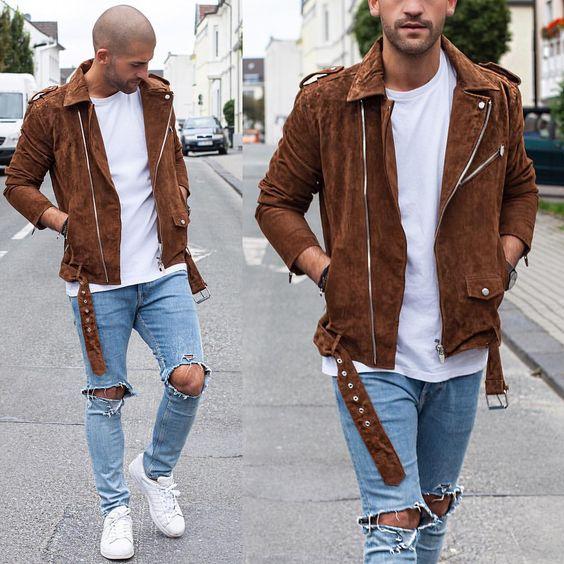 Look Masculino com jaqueta marrom, tênis branco, calça destroyed