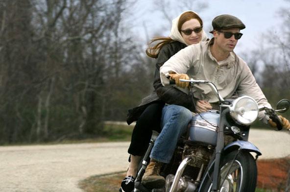 Scène du film L'Étrange Histoire de Benjamin Button, un film fantastique américain réalisé par David Fincher : un homme, incarné par Brad Pitt, qui naît vieux et qui rajeunit au fil des années, et Daisy, sous les traits de l'actrice Cate Blanchett, qui vit une histoire d'amour avec lui tout au long de sa vie.