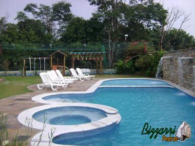 Detalhe da construção da piscina com execução da hidromassagem da piscina com a parede de pedra filete de Goiás com a cascata da piscina e a execução do pergolado de madeira com eucalipto tratado e a execução do paisagismo.