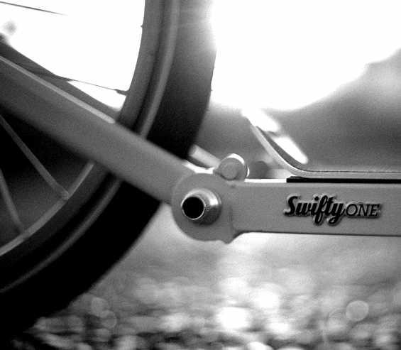 trottinette anglaise Swifty, detail de la partie arriere pliable