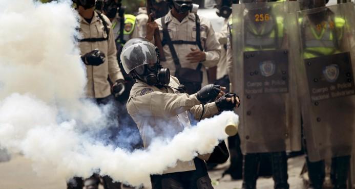 Policía dispersa con gas lacrimógeno una manifestación opositora en Caracas