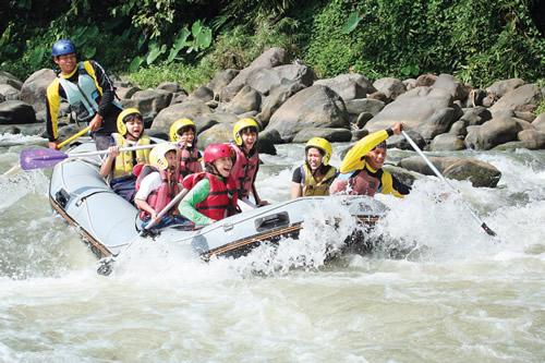 elo rafting adalah salah satu petualangan yang dapat anda nikmati saat di jogja selama lebih dari belasan tahun sungai rafing dikenal sebagai rafting
