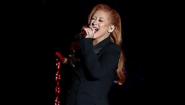 """De visual novo, Christina Aguilera faz seu primeiro live da música """"Change""""!"""