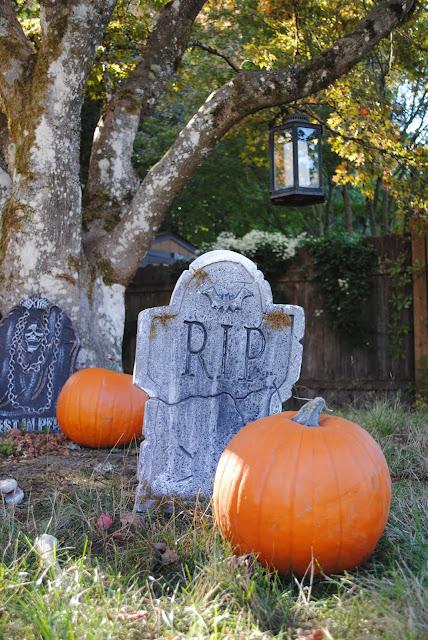 pumpkin-patch-Halloween-decor-graveyard