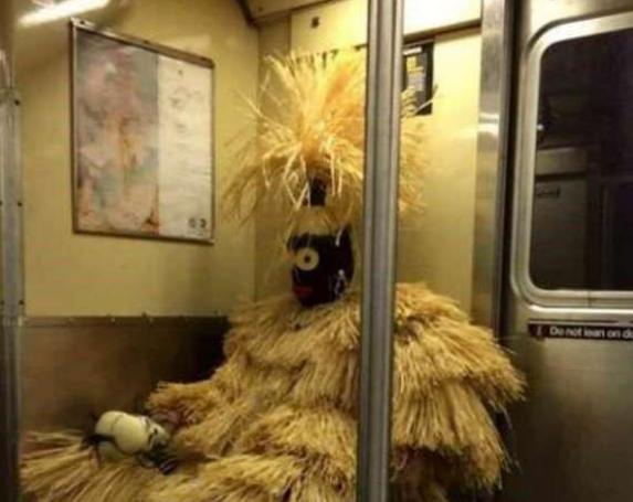 بالصور| مواقف طريفة وغريبة لأشخاص في مترو الأنفاق