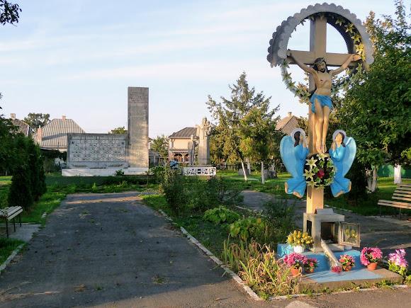 Маршинці. Пам'ятник воїнам-односельчанам, загиблим під час Другої світової війни